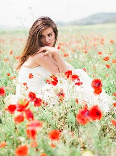 Stunning bride amongst a wild poppy field in provence|Image by Kelsea Holder
