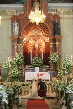 La iglesia del Jesus mejor conocida como Tercera Orden lucirá mas que hermoso con esta decoración en el altar realizada con lilis,casablancas y nardos.