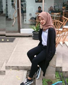 Inspired hijaber by Hijab Casual, Ootd Hijab, Hijab Chic, Casual Outfits, Fashion Outfits, Hijab Fashion Summer, Modern Hijab Fashion, Street Hijab Fashion, Hijab Fashion Inspiration