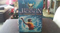 """""""Percy Jackson y el Ladrón del Rayo"""" escrito por Rick Riordan."""