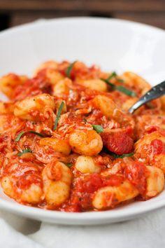 Für Gnocchi mit Tomatensauce und Mozzarella braucht ihr Gnocchi, gehackte Tomaten, Knoblauch, Zwiebel, Öl, Gewürze und Mozzarella. SO schnell und köstlich!
