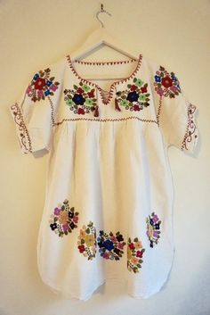 Mexican Textiles, Hand Embroidery Dress, Mexican Blouse, Neo Soul, Macys Promo, Simple Style, Smocking, Embroidery Designs, Floral Tops