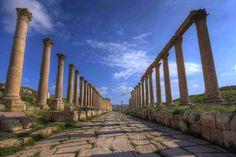 Jerash est le site de l'antique Gerasa, une ville grecque qui a connue son apogée sous l'occupation romaine, fut abandonnée vers le XII° siècle et est restée dissimulée sous le sable pendant plusieurs siècles avant d'être redécouverte, permettant à ses ruines d'être miraculeusement conservées. Admirablement restaurées, celles-ci font de Jerash le site gréco-romain le plus spectaculaire et des mieux conservé au monde.