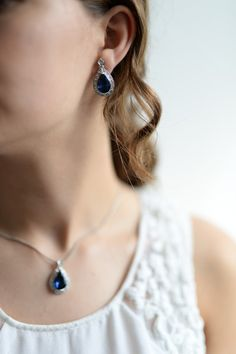 **Silbernes Schmuckset für die Hochzeit: Kette in Silber mit blauem Tropfen Anhänger und blaue Tropfen Ohrringe mit Silber Verzierung: Moderne Tradition**  Tolle Outfits verdienen das gewisse...