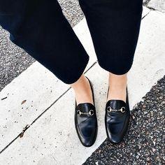 São sapatos com uma pegada masculina, foram criados em 1936 por George Henry Bass, produzidos em couro, adicionam conforto ao look por terem salto flat, além de simplicidade por não ter cadarço, está invadindo o closet das fashionistas e blogueiras mais antenadas.