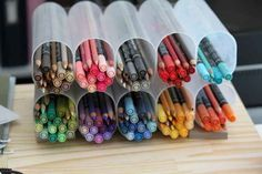 Separe lápis de cor, marca-textos e giz de cera por cor grudando recipientes plásticos velhos.