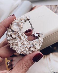 Ну наконеееец-то я могу вам их показать 🤤⠀ ⠀ Супер эксклюзив для @sleep.expert ⠀ ⠀ Вот что значит клиентоориентированность☝🏼⠀ Это когда так любишь клиентов, что делаешь им таааакие (!) приятные подарки! ⠀ ⠀ А я только рада😍😍😍⠀ ⠀ Все-таки, девочки, ничего круче любимого дела ещё не придумали!⠀ ⠀ (Ну если только airpods)😝😂 Bead Embroidery Jewelry, Fabric Jewelry, Beaded Embroidery, Diy Jewelry, Beaded Jewelry, Handmade Jewelry, Jewelry Making, Handmade Beads, Beaded Brooch