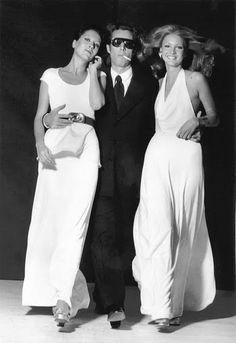 Vintage ~ Halston with his muses ~ Elsa Peretti & Karen Bjornson Elsa Peretti, Studio 54, 70s Fashion, Fashion History, Vintage Fashion, American Fashion, Classic Fashion, Seventies Fashion, High Fashion