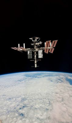 Nasa n-a-sa: Space Shuttle Endeavour docked to the ISS Photo by astronaut Paolo Nespoli - Earth And Space, Cosmos, Sistema Solar, Nasa Space Program, Nasa Astronauts, Other Space, International Space Station, Space Shuttle, Space Telescope