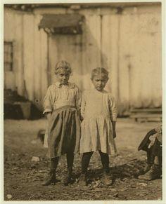 Rosie 5 años (a la izquierda) trabaja en Shucker de Ostras.Varn y Platt Canning Co. Bluffton-Carolina del Sur.