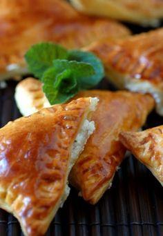 Receta empanadillas - receta empanadillas de queso de cabra - Recetas - recetas fáciles de cocina - El hojaldre es sinónimo de felicidad: está caliente, es crujiente, se funde y siempre está rico. Una receta fácil de hacer, donde la frescura del queso de cabra y de la menta...
