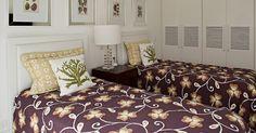"""Com armários embutidos e quadros sobre as camas, este é um dos nove quartos da Casa Tabatinga, no litoral de São Paulo. A divisão dos dormitórios entre """"de hóspedes"""" e """"da família"""" se faz entre os pisos, os primeiros estão no térreo, enquanto os demais - conformados como suítes - se localizam no pavimento superior. A residência tem projeto da arquiteta Selma Tammaro"""
