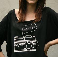 """koszulka """" nietoperek"""" z aparatem fotograficznym  Oryginalna, wygodna koszulka z nadrukiem aparatu fotograficznego  materiał: bawełna 50%, wiskoza 50% rekaw 3/4 kolor czarny nadruk..."""