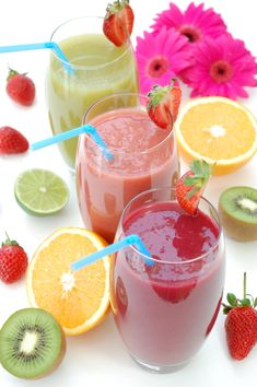 Quickie Morning Smoothies: For those Grab 'n' Go mornings when you want something nutritious but super-quick. Spring Salad, Summer Salads, Healthy Breakfast Smoothies, Morning Smoothies, Strawberry Banana Smoothie, Eat Fruit, Weight Loss Smoothies, Smoothie Recipes, Food And Drink