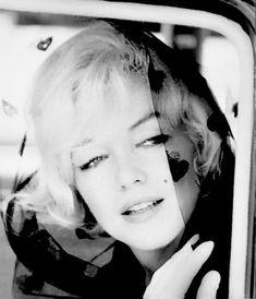 """""""Marilyn asiste vestida de negro al bautizo del hijo de Clark Glabe el 22 de Junio 1961."""