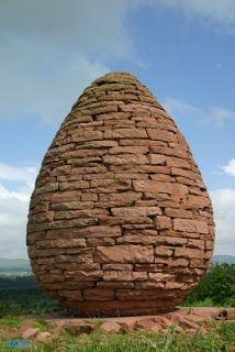 Een heleboel stenen uit de natuur vormen samen weer een grote natuurlijke vorm dit is een grote steen of ei.