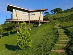 Construido por André Eisenlohr en , La casa está situada en Campos do Jordao, a 1.800 metros sobre el nivel del mar, rodeado de bosques de pinos nativos....