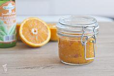 Weer eens wat anders: jam van sinaasappel en abrikozen en een vleugje oranjebloesemwater. Heerlijk fris! (Lees het recept via de bron.) / Orange & apricot jam with orange blossomwater (recipe in Dutch)
