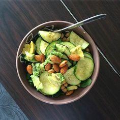 Ensalada de pepino, aguacate y garbanzos.  Una ensalada muy crujiente y nutritiva solo necesitas: Un pepino en rodajas.  Media taza de garbanzos.  Dos cucharadas de almendras.  Para la vinagreta solo debes mezclar aceite de oliva, pimienta y sal al gusto.