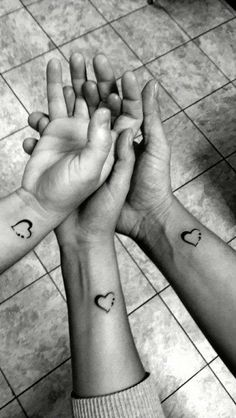 Unique ➿ Wrist Tattoos Forearm Tattoos for Women with Meaning - Page 25 of 80 - Diaror Diary ♥ 𝕴𝖋 𝖀 𝕷𝖎𝖐𝖊, 𝕱𝖔𝖑𝖑𝖔𝖜 𝖀𝖘!♥ ♥ ♥ ♥ ♥ ♥ ♥ ♥ ♥ ♥ ♥Hope you like this forearm wrist tattoos collection! Cousin Tattoos, Matching Sister Tattoos, Bff Tattoos, Family Tattoos, Tattoos For Daughters, Mini Tattoos, Forearm Tattoos, Finger Tattoos, Body Art Tattoos