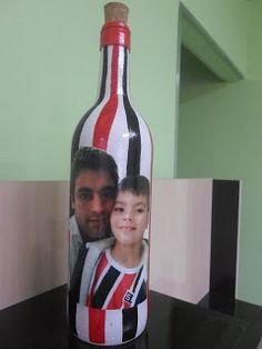 Apliquei a foto na garrafa e pintei com as cores do são paulo , lindooo !