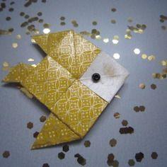 Broche poisson en origami de papier japonais jaune et doré