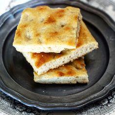 Per la serie 'ricette mai più senza' oggi sul blog la focaccia senza impasto. Solo qualche minuto di lavorazione un cucchiaio e una ciotola e il risultato sarà una focaccia morbidissima perfetta per l'aperitivo.