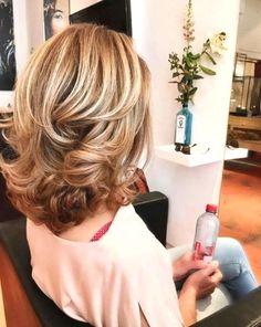 Capelli medi per belle donne - Haarschnitt frauen - Peinados Medium Layered Haircuts, Medium Hair Cuts, Medium Hair Styles With Layers, Hairstyles For Medium Length Hair With Layers, Mid Length Hair With Layers, Medium Haircuts For Women, Shoulder Length Layered Hair, Medium Length Layers, Long Layered Hair