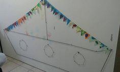 Stoomboot Sinterklaas. Om de werkjes van de kinderen aan te hangen. gemaakt met zwarte wol en duimspijkers.
