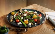 Welcome to pops of flavour. The crumbled Apetina works as the badass wingman, giving the vegetables an intense salty richness. Lemon Salt, Vegetarian Eggs, White Cheese, Cooking With Olive Oil, Tzatziki, Cherry Tomatoes, Broccoli, Good Food, Low Carb