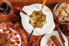 Fondue de queijo em uma noite de inverno para receber amigos em casa!
