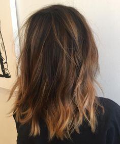 Dale aún más textura a las capas de tu corte lob pintando tu cabellera con la técnica balayage: aclarando algunos mechones sin un orden específico. | 14 Pruebas de que el Long Bob en capas es el corte de pelo que necesitas