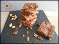 Bonjour, Ce brownie je l'ai fait ya un moment déjà. L'histoire c'est qu'un jour je suis passé devant une boulangerie et j'y ai vu des parts de Brownie alléchantes, je n'avais qu'une envie rentrer et me faire littéralement plaisiiir. Mais raisonnable que...