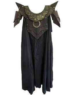 Armadura con capa inspirada en el videojuego 'The Elder Scrolls'. Fabricada con cartón y papel