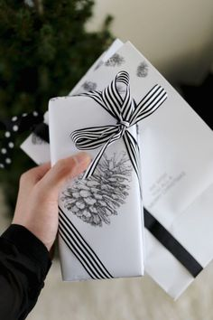 Gifts-Wrapping-Package-Pinecone-Holiday-season-Christmas-present-gift-wrapping. Wrapping Ideas, Wrapping Gift, Gift Wraping, Creative Gift Wrapping, Christmas Gift Wrapping, Creative Gifts, Christmas Presents, Noel Christmas, Present Gift