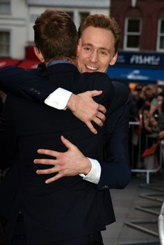 #TomHiddleston (with his publicist Luke Windsor) attends a gala screening of High-Rise during the BFI London Film Festival at Odeon Leicester Square on October 9, 2015 in London, England.Torrilla的微博_微博