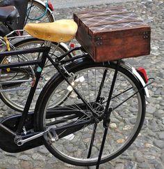 malette arrière panier vélo bicyclette bicyclette basket valise chic photo moltodeco italie cremona