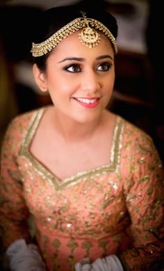 Maatha Patti - Gold and Pearl Maatha Patti with Soft Natural Makeup | WedMeGood #wedmegood #indianbride #indianwedding #maathapatti #gold #peach