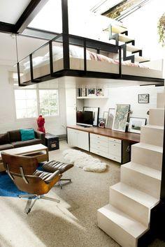 Małe mieszkanie loft z antresolą na sypialnię