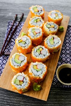 California Maki is a type of sushi prepared with mangoes, avocadoes, cucumber, kani/crab sticks then rolled with nori sheets inside out then coated with a layer of masago California Roll Sushi, California Rolls, California Poppy, Sushi Roll Recipes, Types Of Sushi, Sushi Love, Healthy Snacks, Healthy Recipes, Health Foods