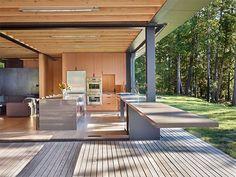 バケーションのためのモダンな邸宅が多く立ち並ぶ、アメリカ・ワシントン州のサンファン諸島(サンファン諸島については、コチラで詳しく述べています )。 今回ご紹介するのは、広いテラスのある二階建ての別荘タイプの邸宅です …