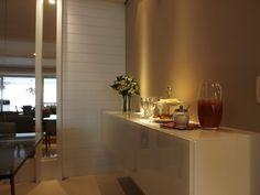 Sala de jantar   O buffet serve também como um armário para os utensílios menos utilizados no dia-a-dia   marcelasantiago.com.br