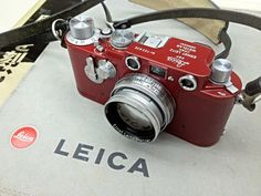 About 12 years after announcing the Leica camera, the German company has now announced the successor to the DSLR with the release of Leica early this Antique Cameras, Old Cameras, Vintage Cameras, Canon Cameras, Canon Lens, Leica Camera, Camera Gear, Nikon Dslr, Camera Purse