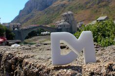 Puente de Mostar: Sobre el rio Neretva, es uno de los monumentos históricos más famosos de la antigua Yugoslavia. Forma parte del Patrimonio de la Humanidad desde 2005.  Tiene una anchura de 4 metros y una longitud de 30. Lo flanquean dos torres, la Torre Halebija y la Torre Tara. Fue volado durante la guerra de Bosnia. Con la llegada de la paz se iniciaron los trabajos de reconstrucción. Es un símbolo muy importante de la reconciliación nacional en Bosnia y Herzegovina.