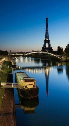 les quais de la Seine avec sa péniche  Paris