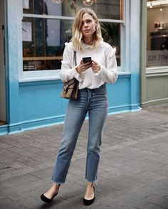 This is exactly how to sext for all of the beginners out there (there's no need to be nervous). Office Looks, Trendy Outfits, Cute Outfits, Fashion Outfits, Night Outfits, Women's Fashion, Moda Casual, Outfit Jeans, Mommy Style