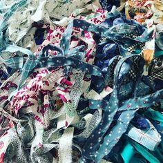 はぎれでロープ編みをしよう!カラフルな「ファブリックロープ」を簡単DIY - CRASIA Embroidery Stitches, Diy Crafts, Quilts, Handmade, Clothes, Instagram, Scrappy Quilts, Dressmaking, Outfits
