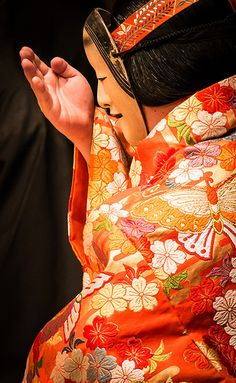 Japanese traditional Noh theater Japanese Geisha, Japanese Kimono, Noh Theatre, Japanese Design, Japanese Style, All About Japan, Japanese Textiles, Japan Art, Japanese Culture