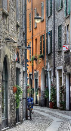 Por las callejuelas de Como, apacible ciudad en la Lombardía, Italia.