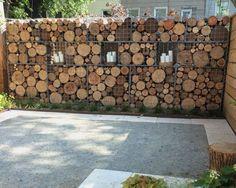 Gabionenwand mit Holz gefüllt